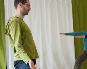 Uwe Rossnagel beim Yoga Unterricht